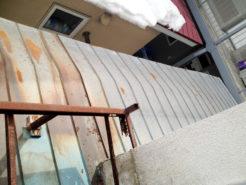 隣家からの落雪被害(屋根が変形)