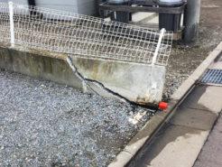 倒れたコンクリート塀(高齢者のハンドル操作の誤りによる被害)